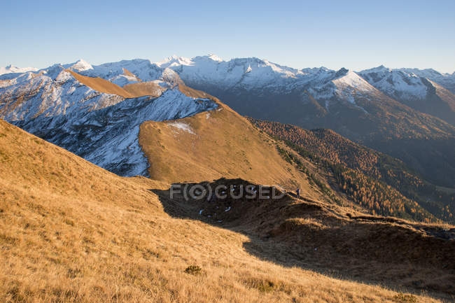 Junge Frau in den Alpen wandern — Stockfoto