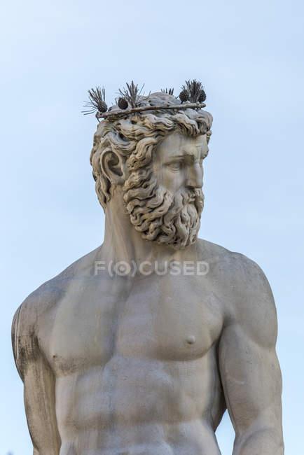 Статуя Нептуна как часть фонтана — стоковое фото