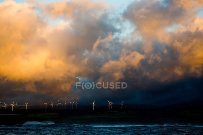 Linha de turbinas eólicas em uma colina — Fotografia de Stock