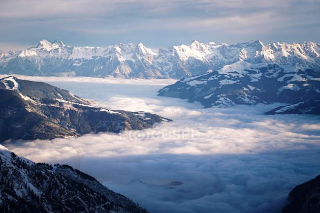 Montagna ricoperta di neve — Foto stock