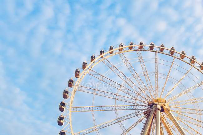 Rueda de la fortuna en cielo azul - foto de stock