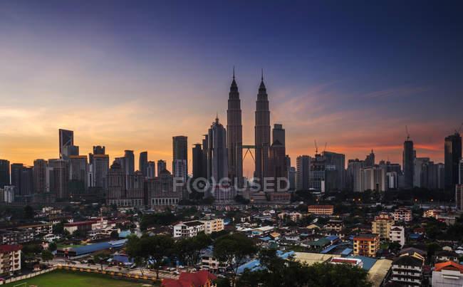 Horizonte de Kuala Lumpur al amanecer - foto de stock