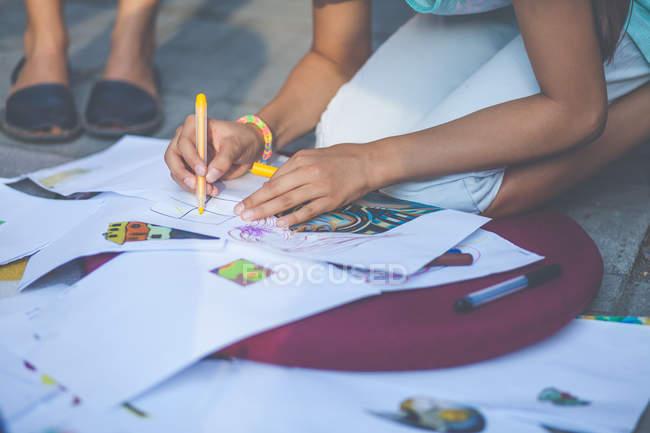 Mädchen zeichnet Bilder — Stockfoto