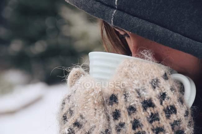 Girl drinking tea — Stock Photo