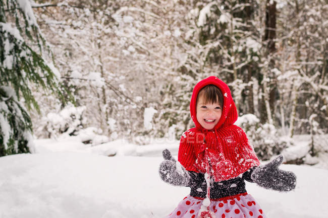 Girl playing in snow — Stock Photo