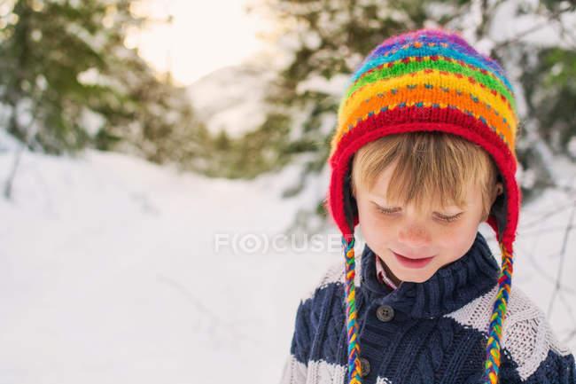 Junge mit Hut schaut nach unten — Stockfoto