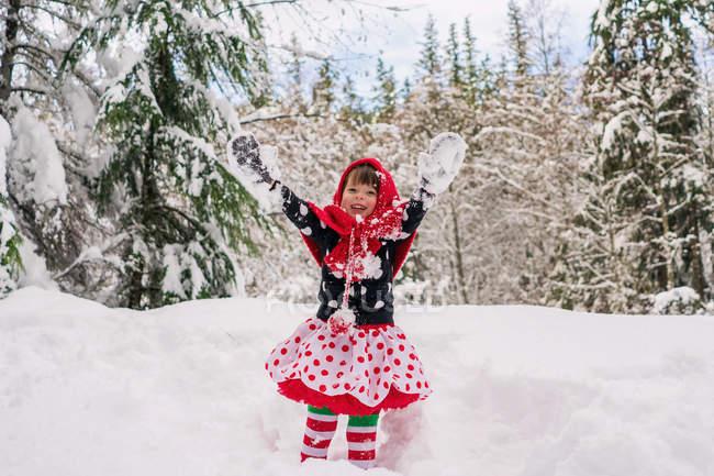 Mädchen wirft Schnee in die Luft — Stockfoto