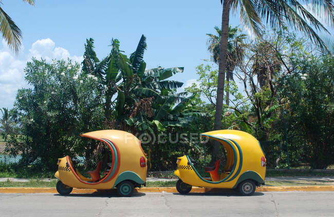 Коко такси, стоя на улицах Варадеро — стоковое фото