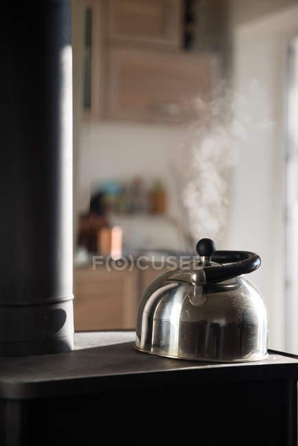 Чайник на дров'яна плита — стокове фото