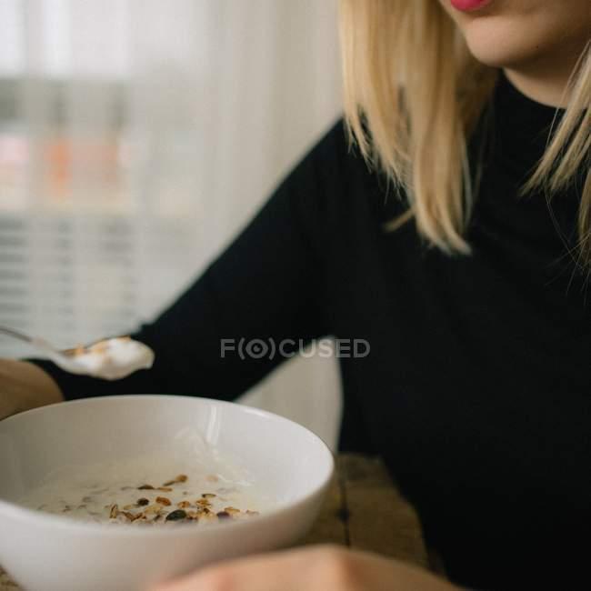 Женщина, едящая завтрак — стоковое фото