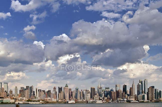 Horizonte de la ciudad de la costa - foto de stock