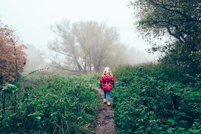 Fille marchant dans le brouillard — Photo de stock