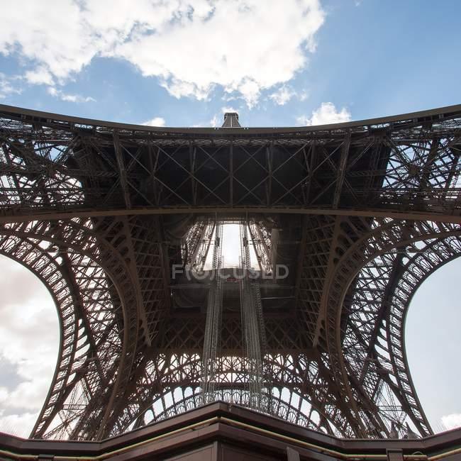 Вид снизу Эйфелевой башни — стоковое фото