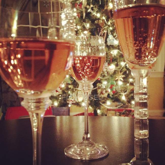 Copas de vino rosado - foto de stock