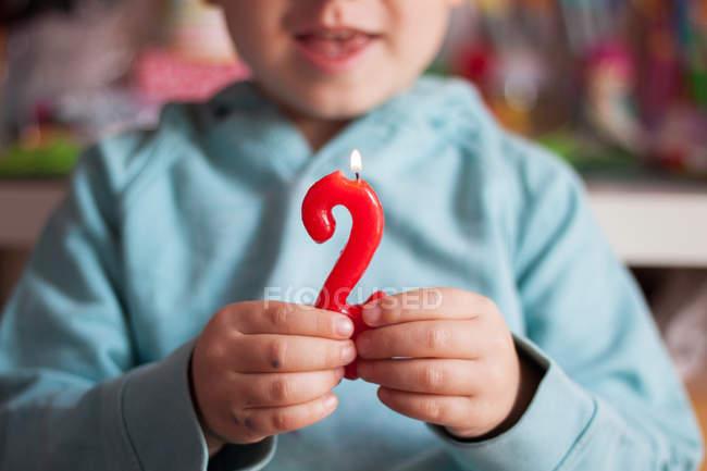 Kid Холдинг освещения свечи — стоковое фото