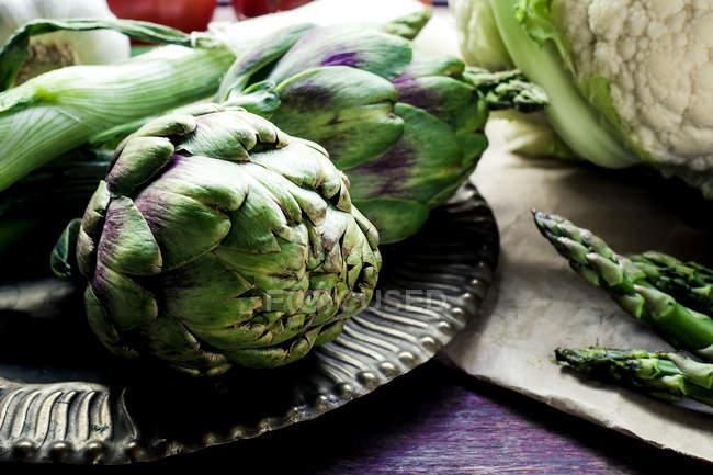 Carciofi e asparagi sul tavolo — Foto stock