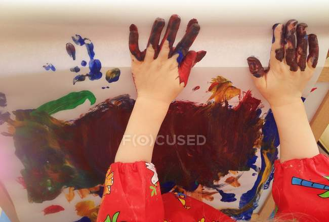 Toddler painting with hands — Stock Photo
