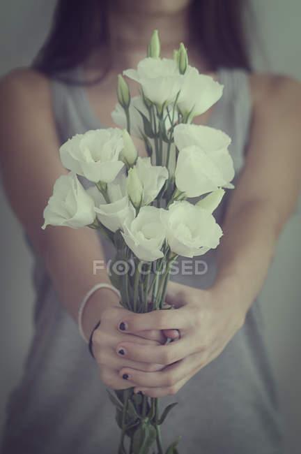Adolescente, segurando o monte de flor — Fotografia de Stock