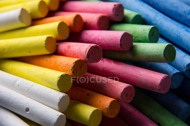 Primer plano de tizas de varios colores - foto de stock