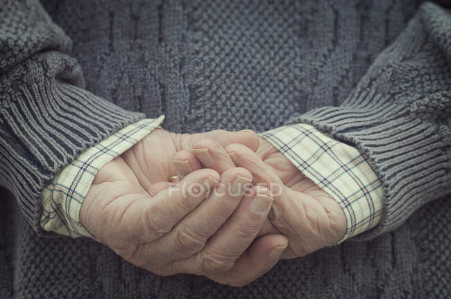Mann Hand in Hand hinter — Stockfoto