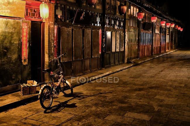 Rue le long du marché de Pinyao la nuit — Photo de stock
