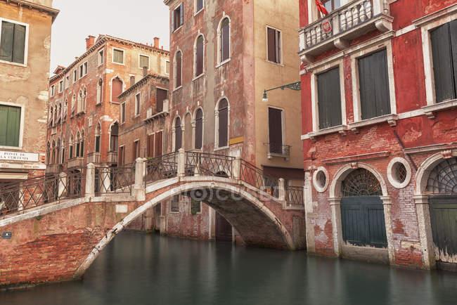 Pont sur le canal d'eau — Photo de stock