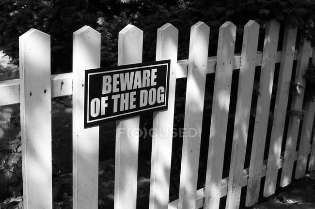 Остерегайтесь собачьего знака — стоковое фото