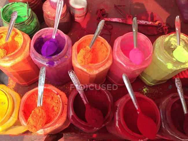 Цветные порошки для продажи — стоковое фото