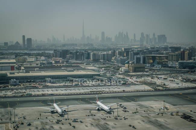 Дубай, птичьего полета из аэропорта — стоковое фото