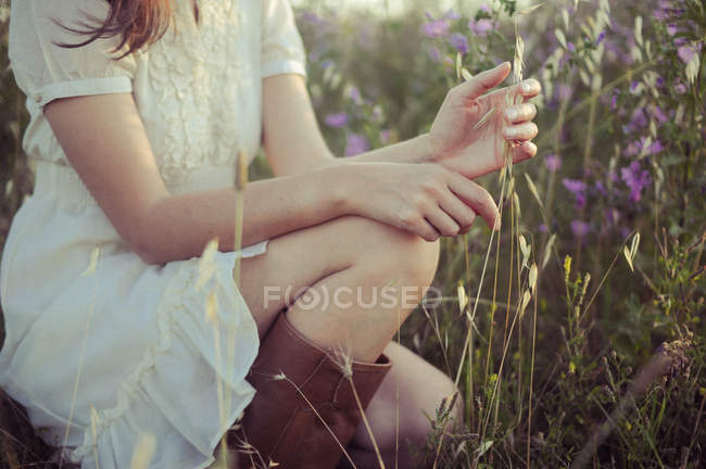Woman in white dress and flowers — Stock Photo