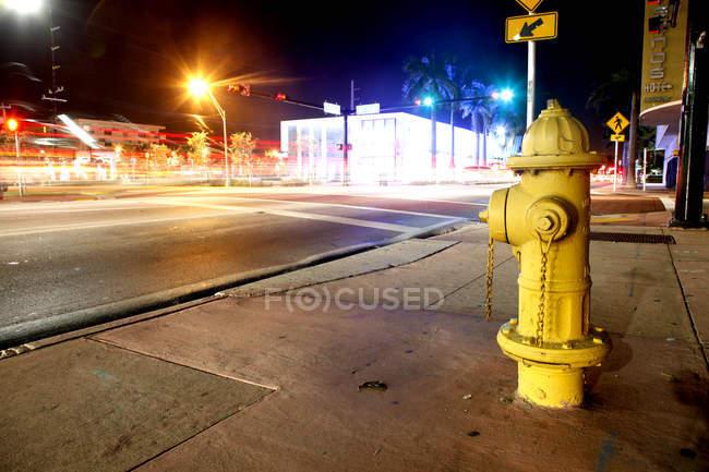 Желтый пожарный гидрант — стоковое фото