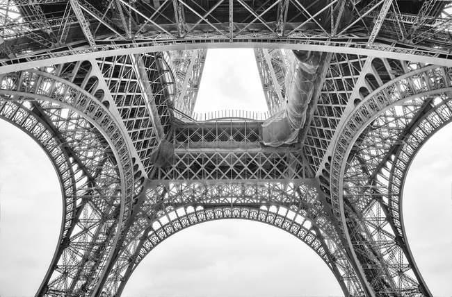Francia, Parigi, Torre Eiffel vista dal basso — Foto stock