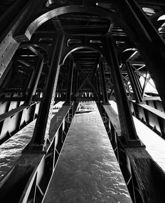 Bajo el puente Pont de la Concorde - foto de stock