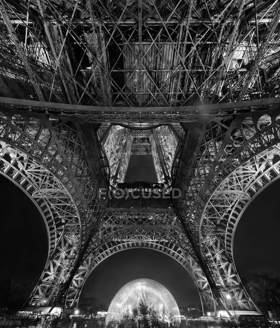 Ночная эйфелевая башня — стоковое фото