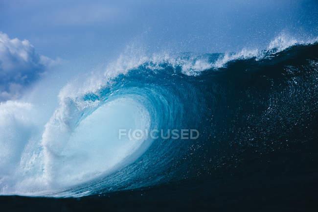 Large blue breaking wave — Stock Photo