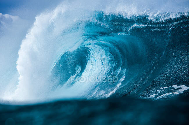 Large blue breaking wave — Stock Photo