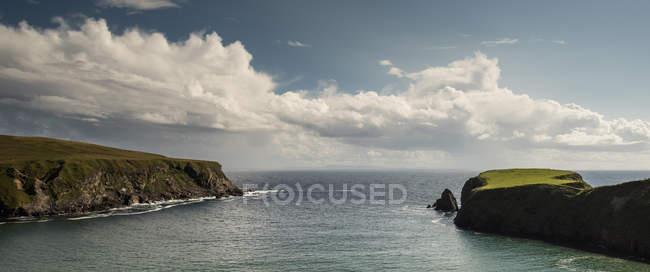 Вид Зеленые скалы на море — стоковое фото