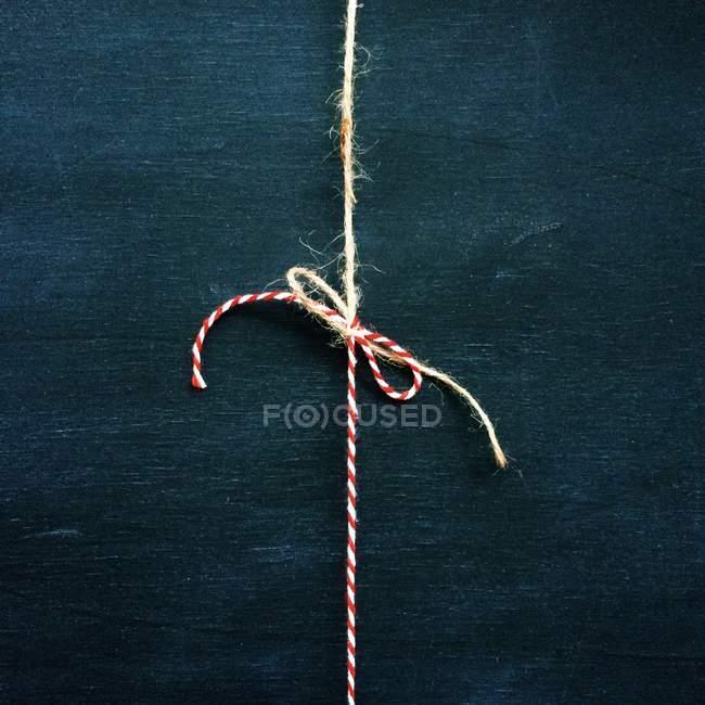Fio vermelho e branco em arco — Fotografia de Stock