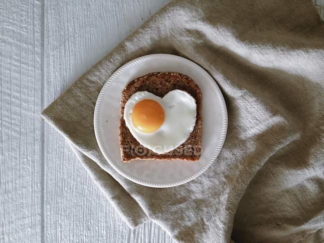 Fatia de pão com ovo — Fotografia de Stock
