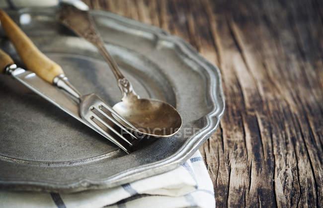 Piastra con Coltello tavola, cucchiaio e forchetta — Foto stock