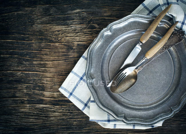 Vintage Teller mit Messer und Gabel, Löffel — Stockfoto
