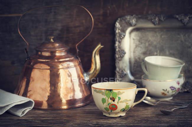 Винтажный чайник и чайные чашки — стоковое фото