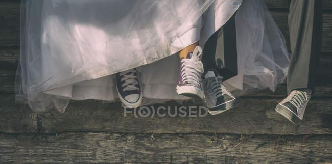 Recém-casados em sapatos de lona — Fotografia de Stock