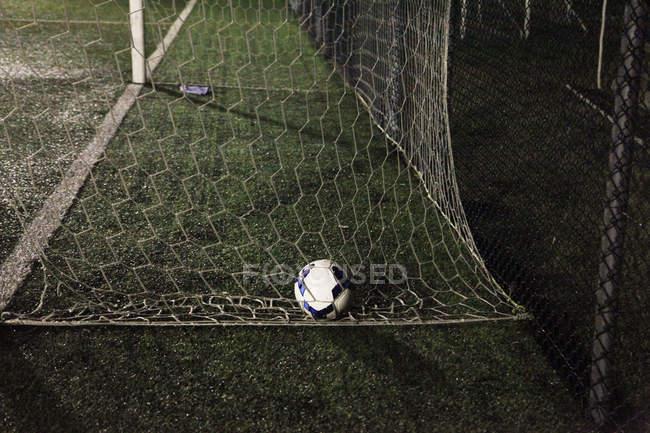 Ball des Fußballs im Fußballtor — Stockfoto