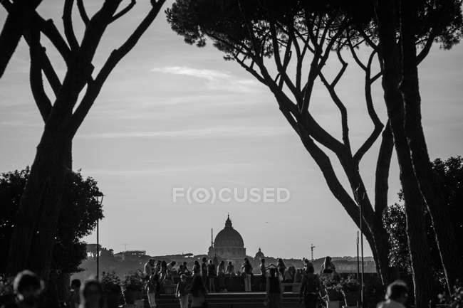 Pessoas assistindo paisagem romana — Fotografia de Stock
