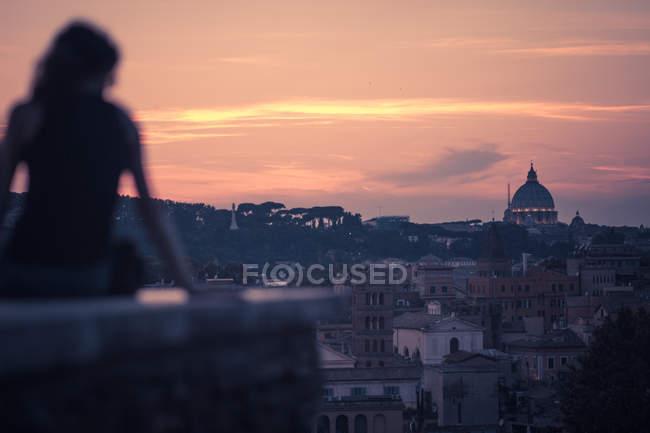 Mulher estrelado por Roman Sunset — Fotografia de Stock