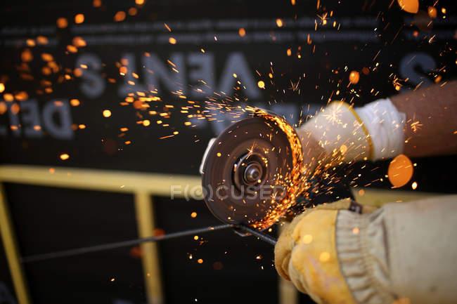 Homem usando ferramenta de lixar — Fotografia de Stock