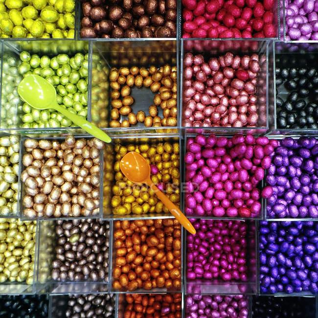Multi colorate caramelle in negozio — Foto stock