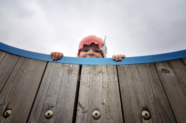 Girl looking down over edge — Stock Photo