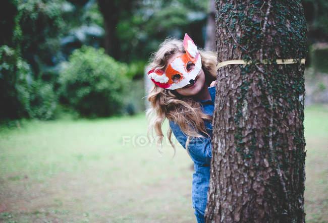 Ragazza adolescente indossando maschera di volpe — Foto stock